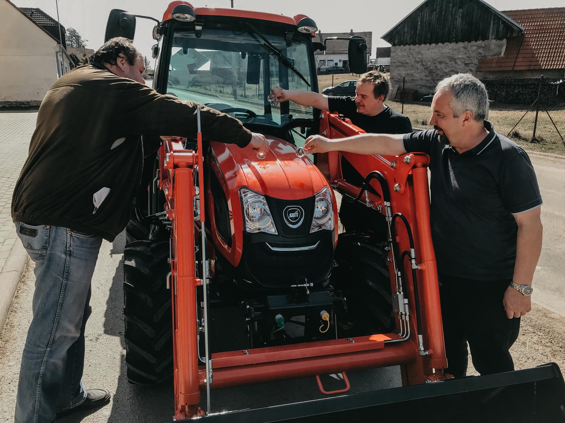 Cernovice-pokrteni-traktoru-Kioti.jpg