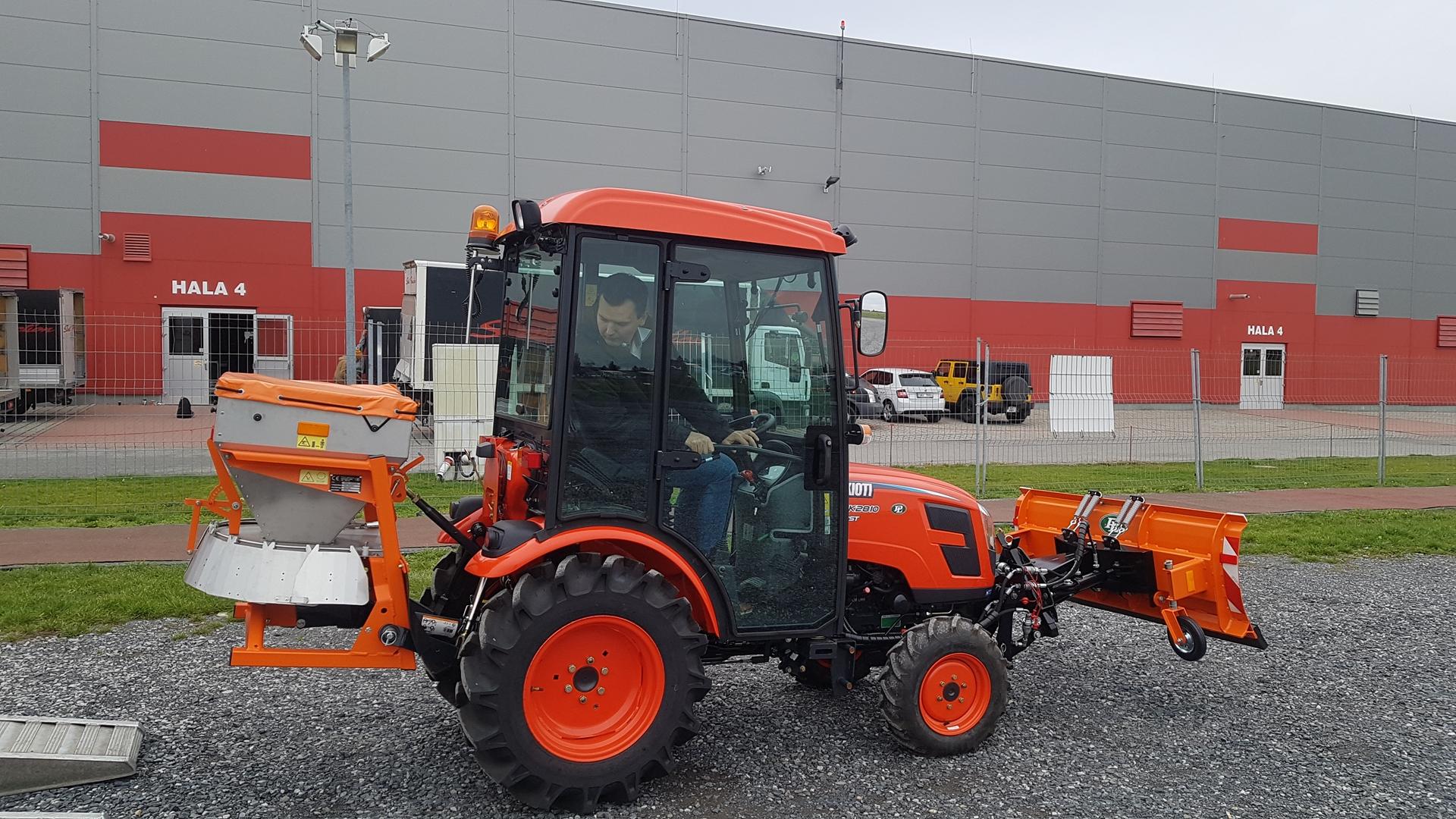 Traktor-Kioti-CK2810H-zimni-set.jpg