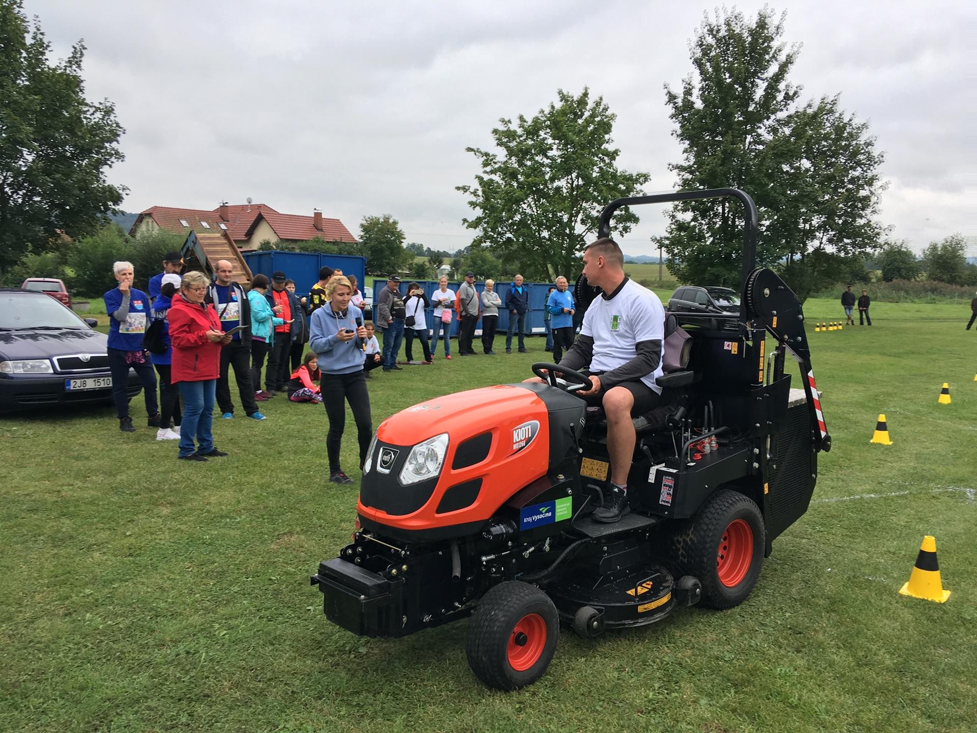 Traktorova-sekacka-Kioti-WD1260-na-Setkani-starosu-Malec-2019-(1).JPG