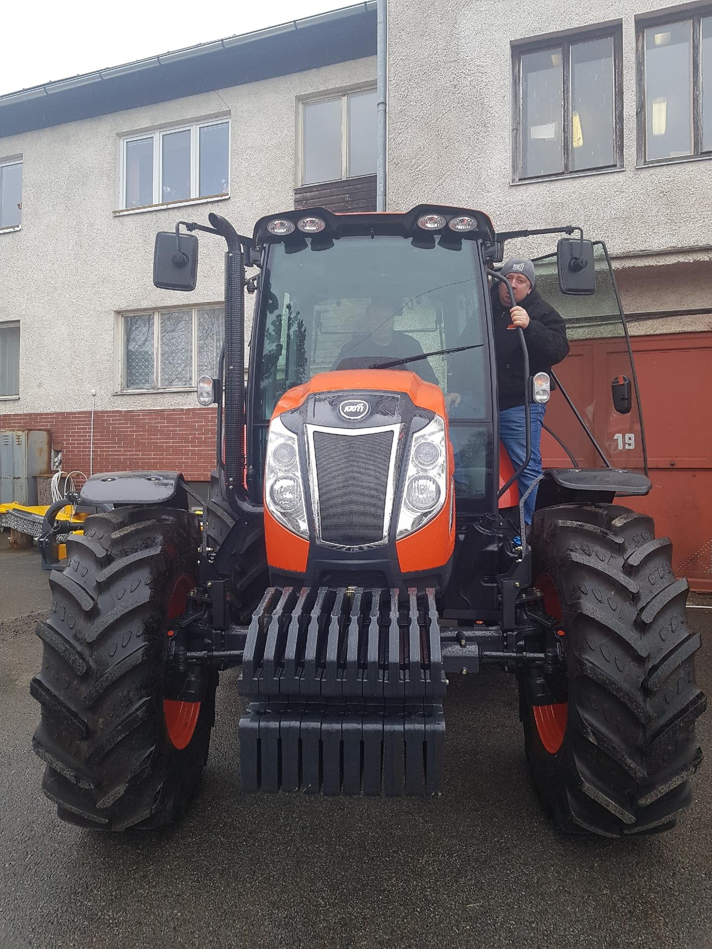 Dny-otevrenych-dveri-P-L-Kasperske-Hory-Traktor-Kioti-PX1053.jpg