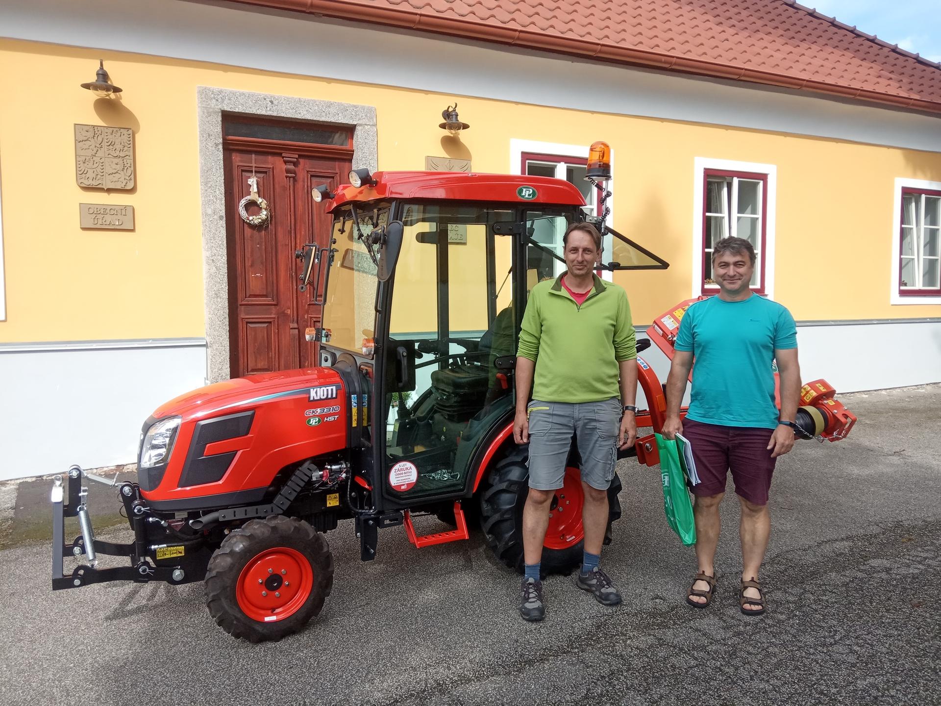 Obec-Rataje-predani-traktoru.jpg