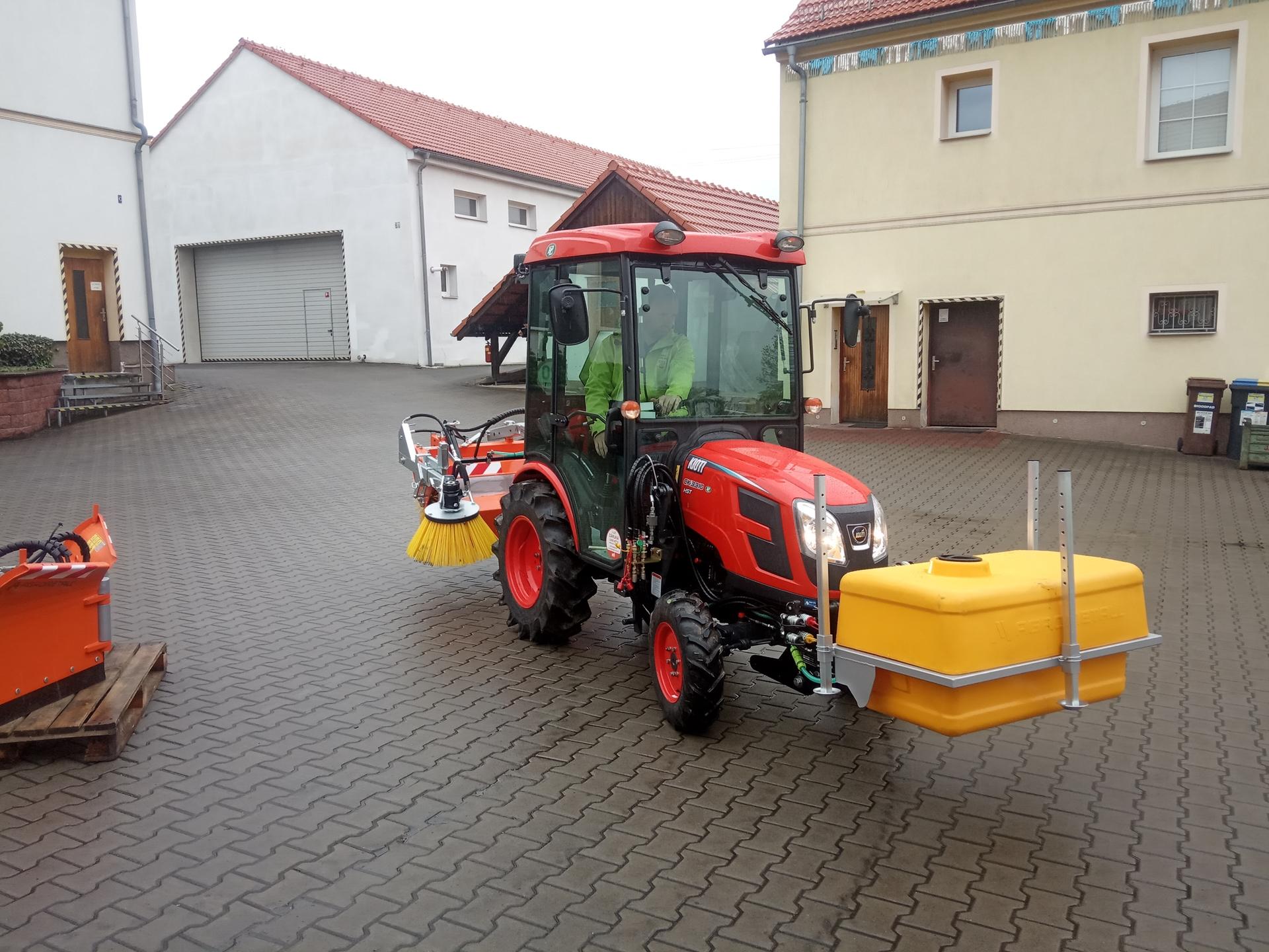 Obec-Modlany-traktor-Kioti.jpg