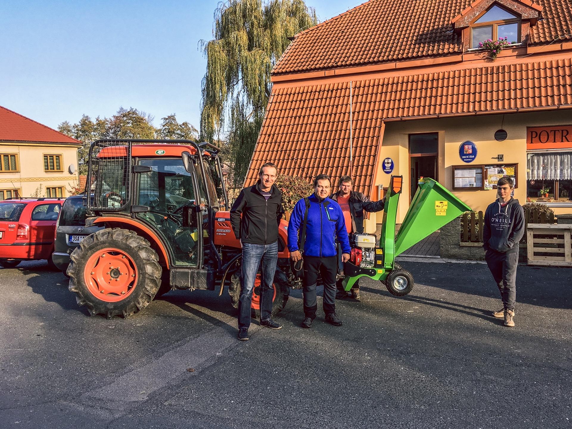 Traktor-Kioti-DK4510-se-stepkovacem-Laski.JPG