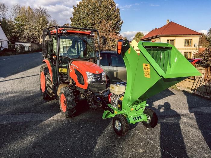 Traktor-Kioti-DK4510-se-stepkovacem-Laski2.JPG
