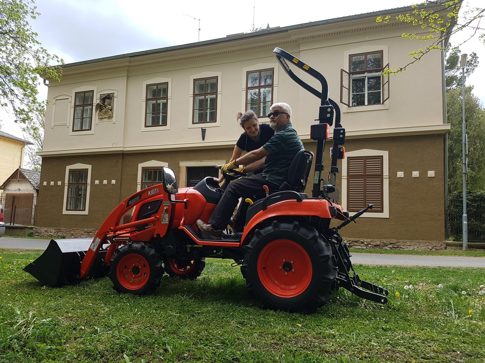 Predani-traktoru-Kioti-CS2220.jpg