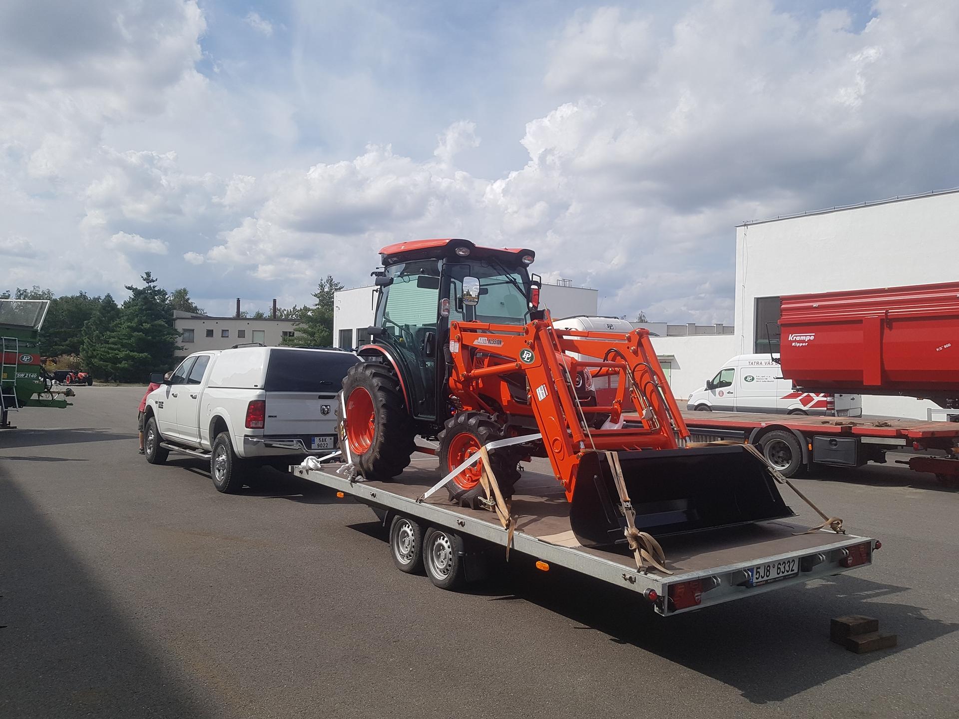 Traktor-Kioti-DK6010-s-celnim-nakladacem4.jpg