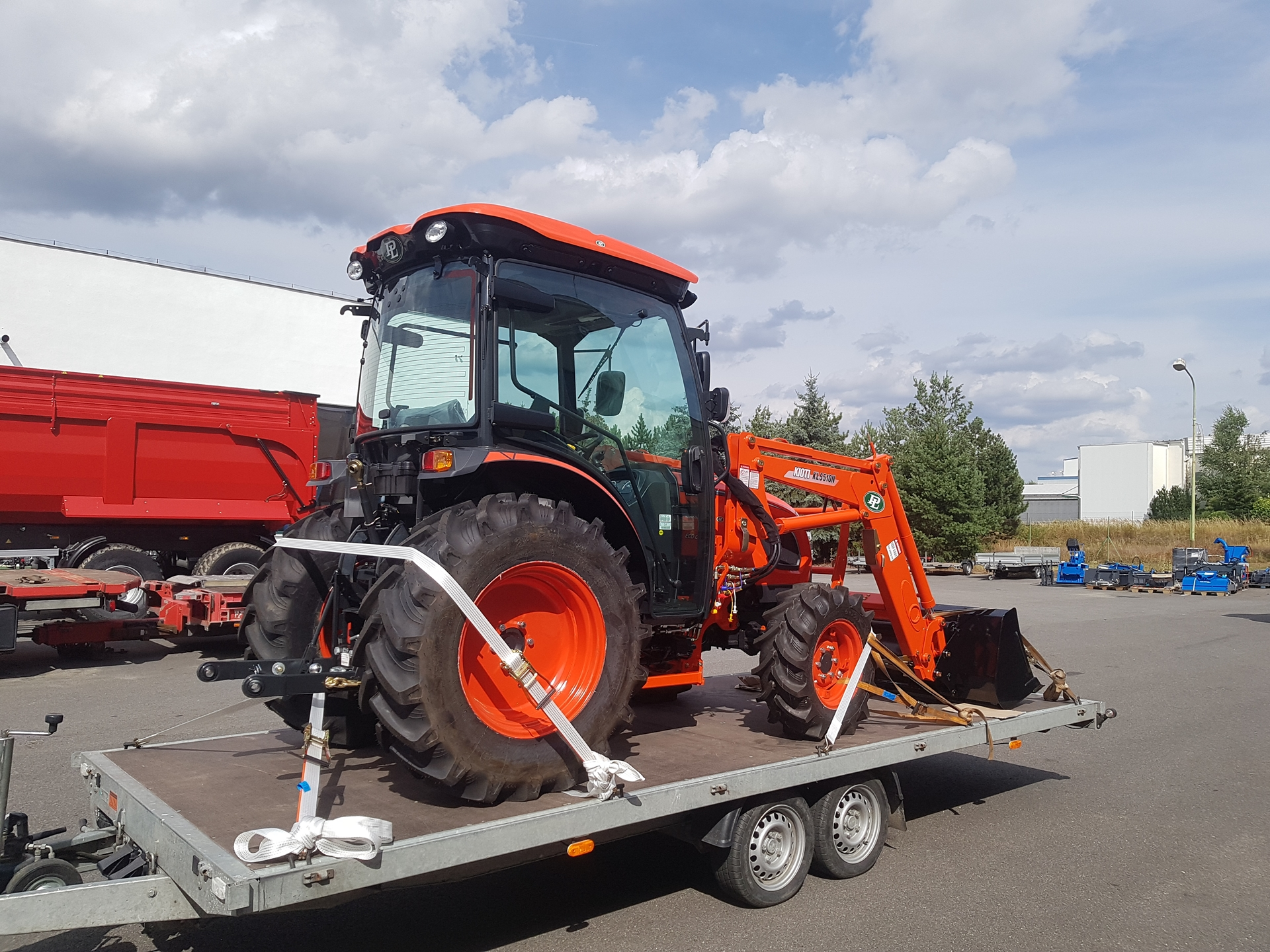 Traktor-Kioti-DK6010-s-celnim-nakladacem5.jpg