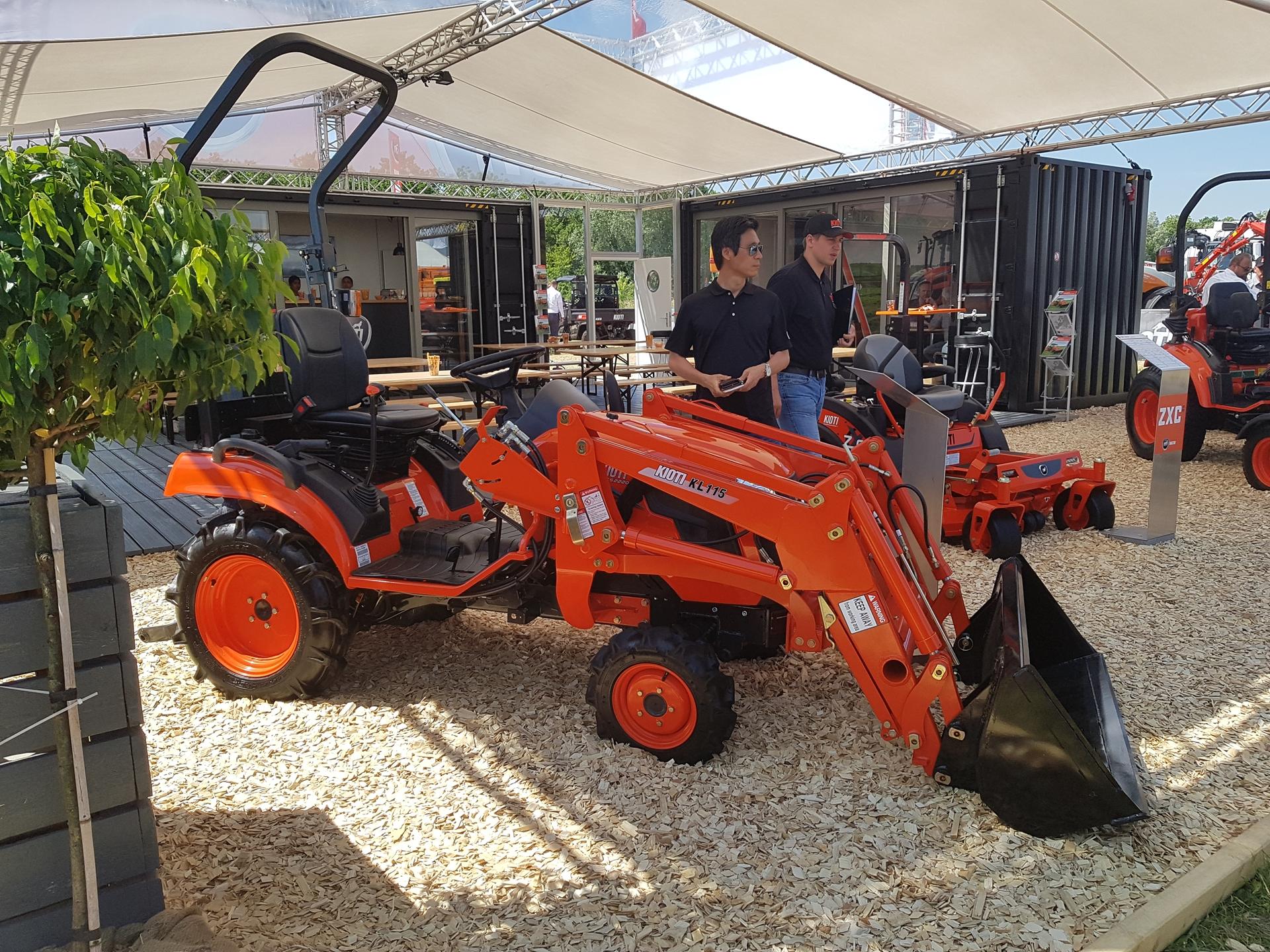Traktor-Kioti-CS2220-s-celnim-nakladacem.jpg
