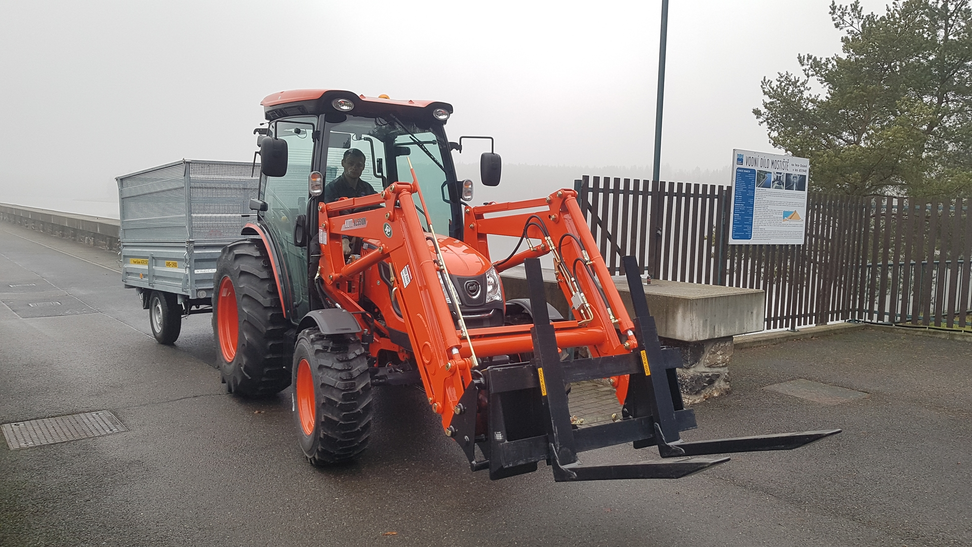 Traktor-Kioti-DK6010CH-povodi-moravy-vodni-dilo-mostiste-(1).jpg