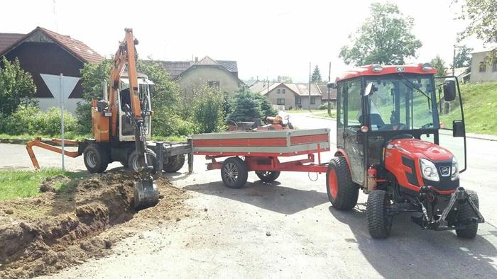 Traktor-Kioti-CK3310-HST-Obec-Mala-Losenice-s-vozikem.jpg