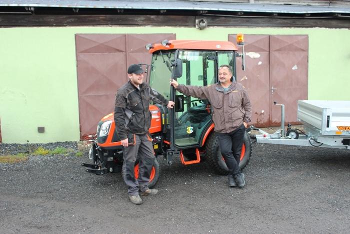 Kioti-CK2810-Obec-Svratka-Starosta-a-obsluha.jpg