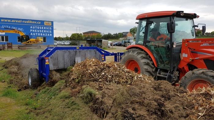 Kioti-Rudikov-prekopavac-kompostu1.jpg