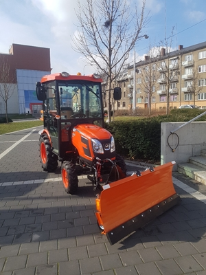 Traktor-Kioti-CK2010-zimni-set-s-radlici-a-rozmetadlem.jpg