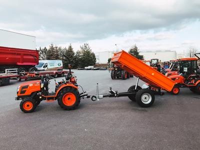 Traktor-Kioti-s-vozikem-1,9-tuny-zvednuty.JPG