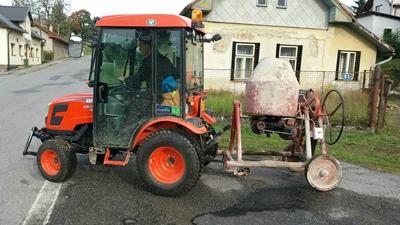 Traktor-Kioti-CK3310-HST-Obec-Mala-Losenice-s-michackou.jpg