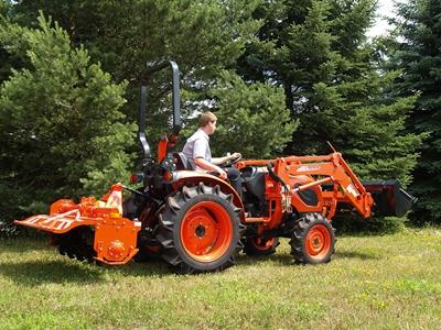 Traktor-Kioti-CK4010-s-celnim-nakladacem-s-rotavatorem.jpg