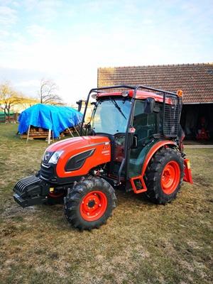 Traktor-Kioti-DK5010HS-s-kabinou-s-lesni-nastavbou1.jpg